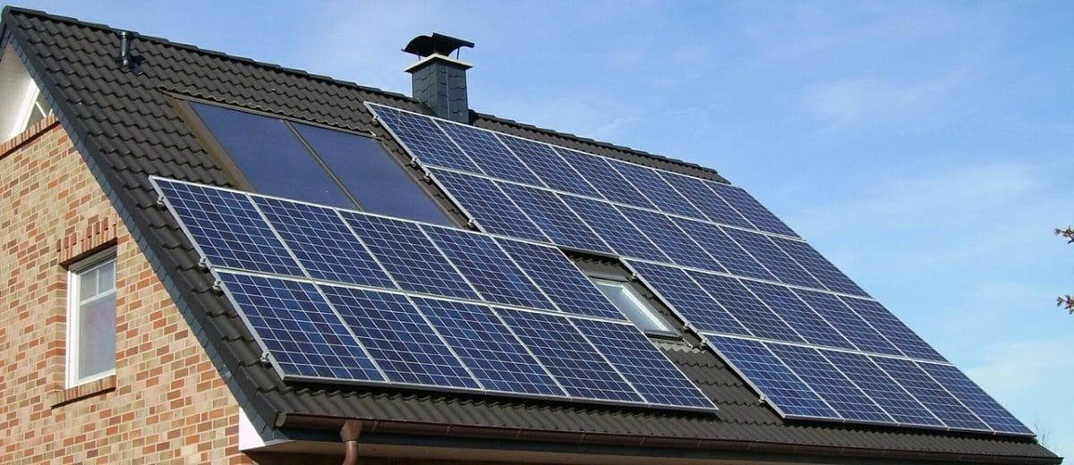 Photovoltaik-Anlage auf dem Dach eines Wohnhauses. Quelle: skeeze/ Pixabay