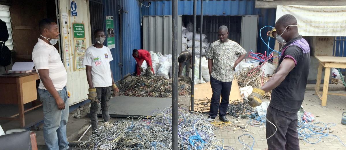 Agbogbloshie: Kabelsammel recyclen die Kabel anstatt sie zu verbrennen.