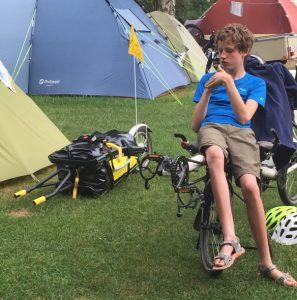 Felix vor dem Zelt, neben ihm der Tandem-Anhänger. Quelle: Öko-Institut